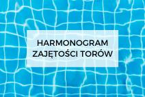 """Na zdjęciu dno basenu wypełninego wodą, która załamuje się w promieniach słonecznych. Na środku, na biaym tle, napis: """"Harmonogram zajętości torów""""."""